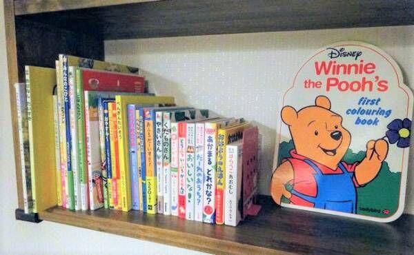 読み聞かせ絵本の入った本棚