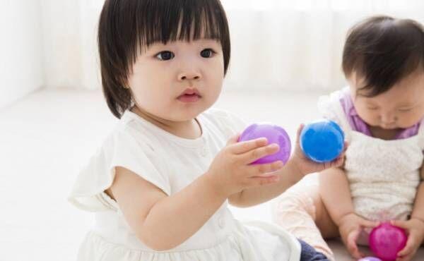 ボール遊びをしている赤ちゃん