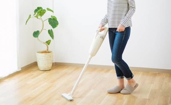 コードレス掃除機を使う女性