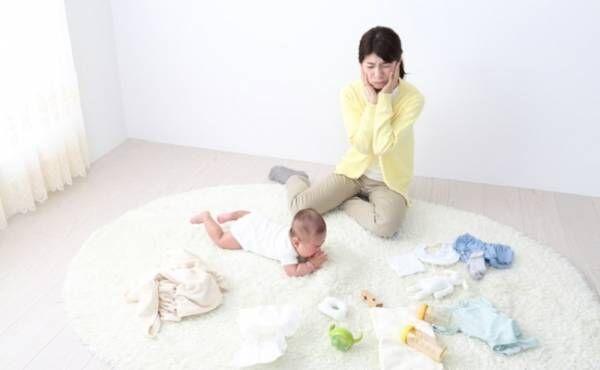 赤ちゃんグッズと親子のイメージ
