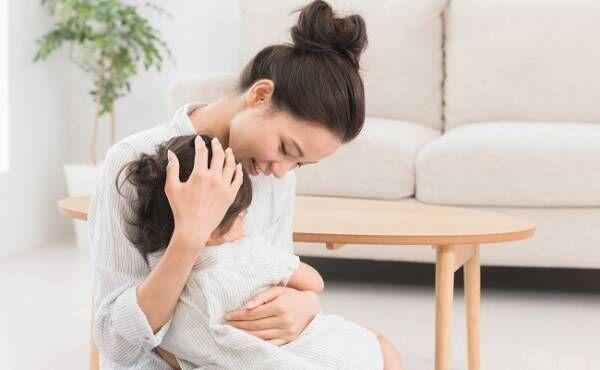 娘を抱きしめるママ