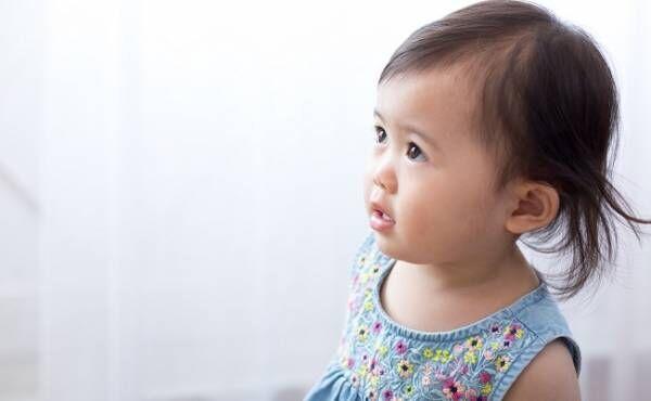 ママの事を見ている女の子