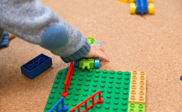 赤ちゃんのおもちゃとお片付けのイメージ