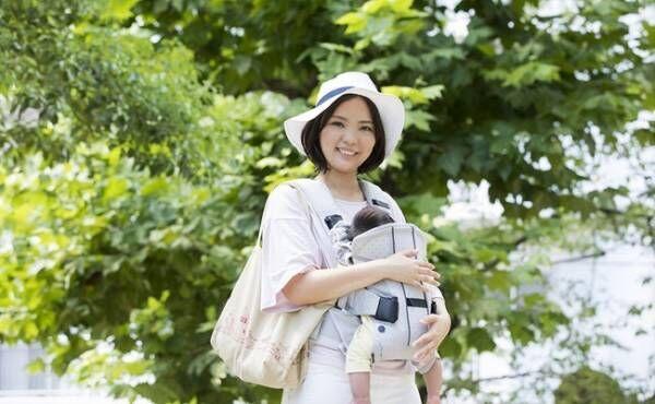 お散歩する母子のイメージ