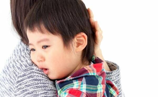 ぐずる子どもをあやすママのイメージ