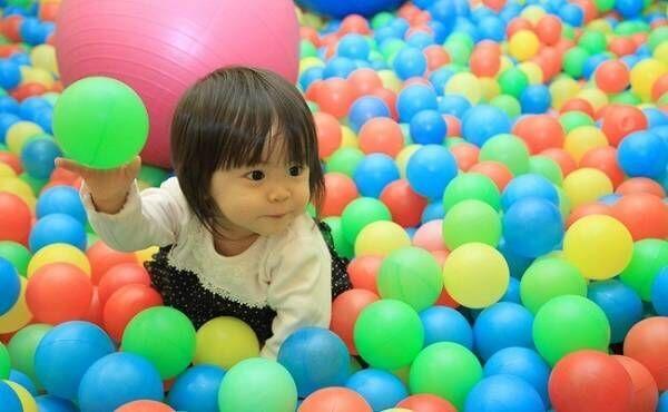 ボールプールで遊ぶ幼児