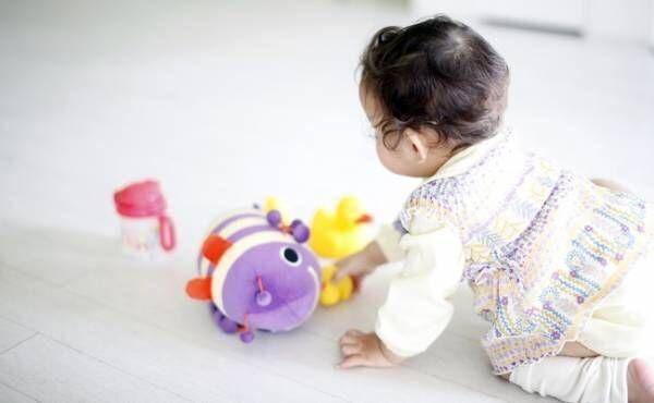 家遊びしている赤ちゃん