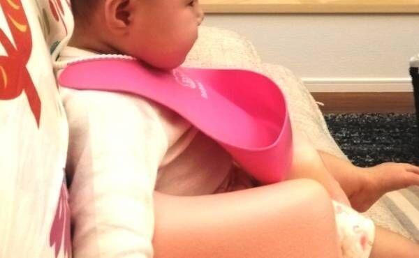 スタイをつける赤ちゃん