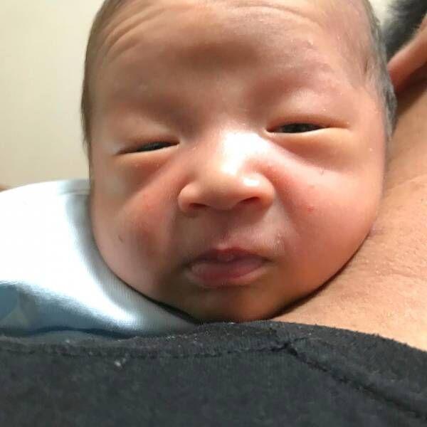 ゲップ待ち赤ちゃんの写真