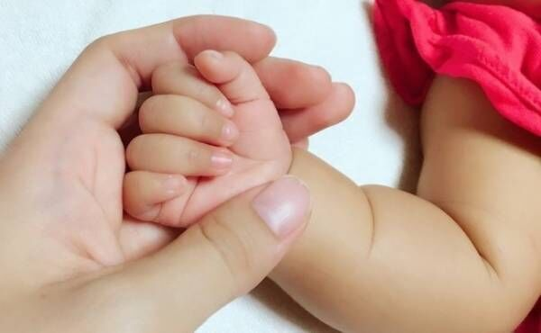 手を握る親子