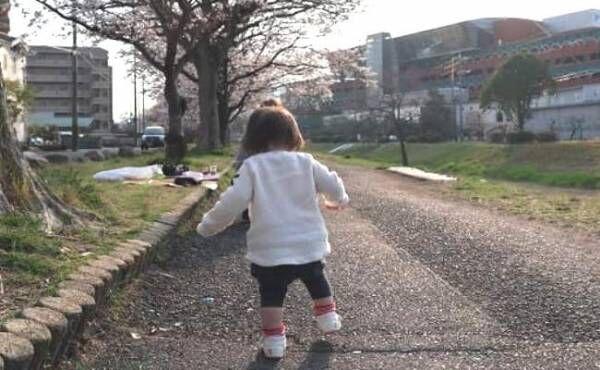 ベビーシューズで歩き続ける赤ちゃん