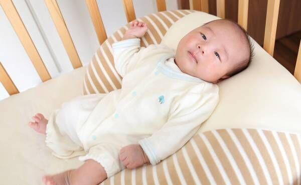 授乳クッションに寝る赤ちゃん