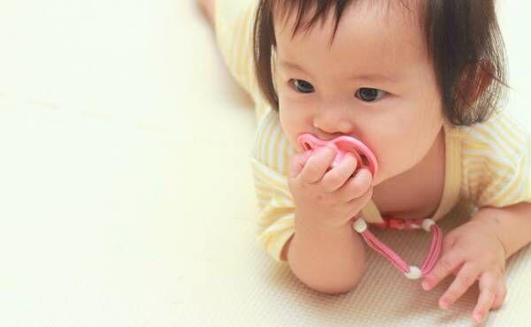 おしゃぶりを吸う赤ちゃん