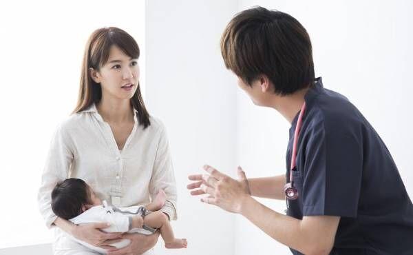 陰唇癒合の診断を受ける母子のイメージ