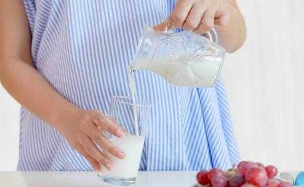 妊婦さんと牛乳のイメージ