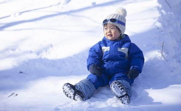 雪遊びする男児
