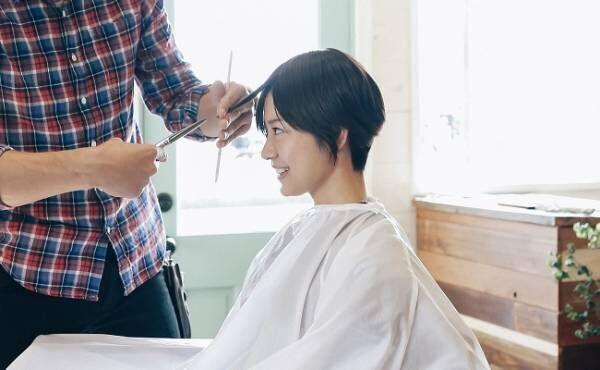 美容室で髪を切る女性のイメージ