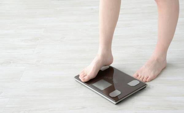 体重計にのる女性のイメージ