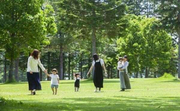 公園を歩くママ達