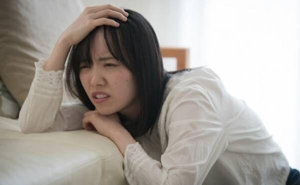 突然の腹痛に襲われた妊婦さんのイメージ