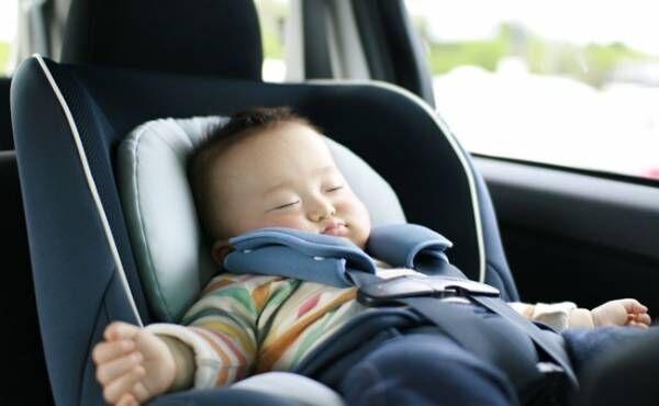 チャイルドシートで寝る赤ちゃん