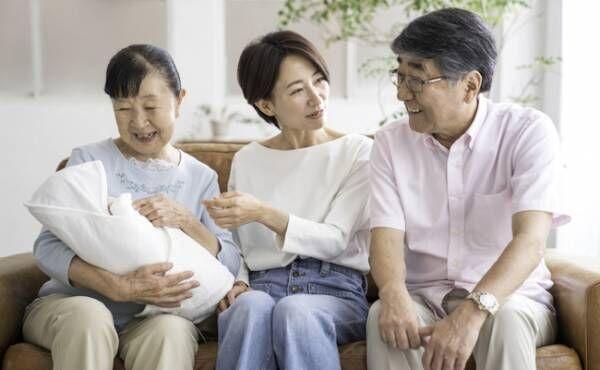 おじいちゃんおばあちゃんと育児のイメージ