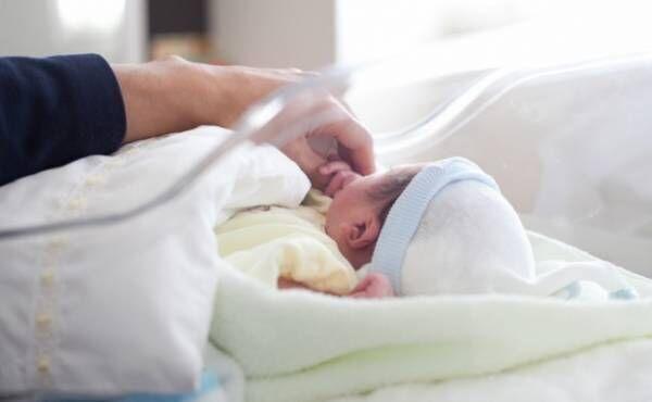 産院での父子のイメージ