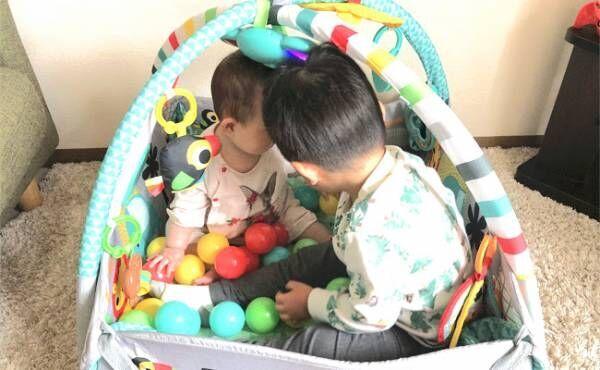 兄妹で一緒に遊ぶ姿が微笑ましい