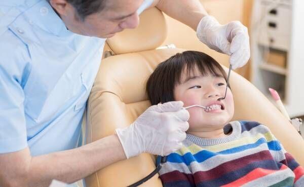 歯医者さんで歯を見てもらう男の子