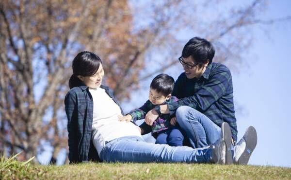 3人家族お母さんのお腹に触れる男の子