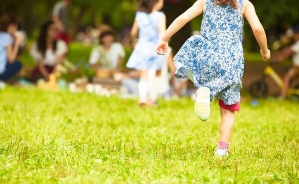 公園を駆け回る女の子の後ろ姿