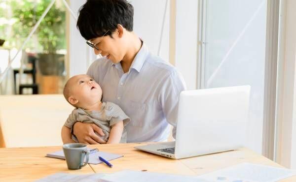 赤ちゃんを抱くお父さん