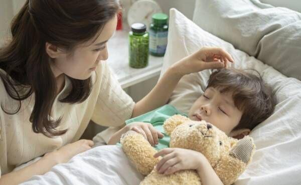 入院につきそうお母さんと寝ている子供