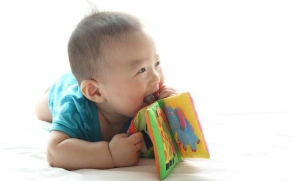 赤ちゃんとおもちゃのイメージ