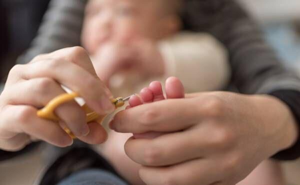 赤ちゃんの爪を切っているイメージ