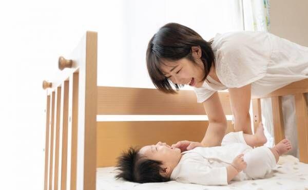ベビーベッドで寝かしつけをするママのイメージ