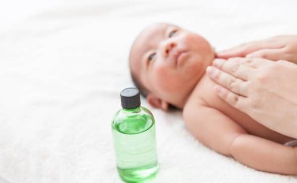赤ちゃんにスキンケアをするイメージ