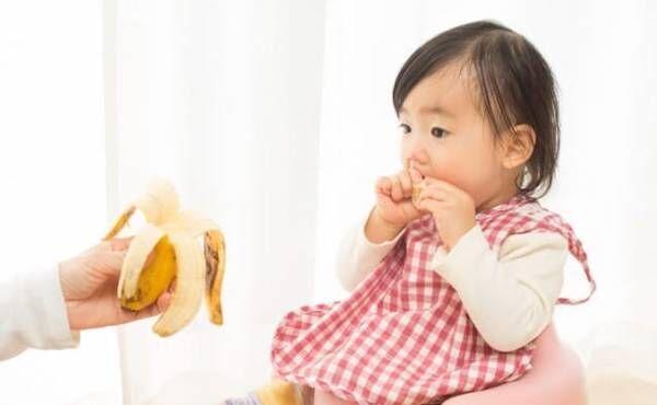 バナナを食べる赤ちゃん