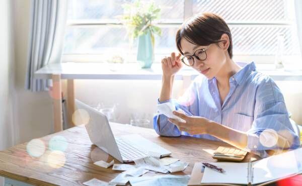 家計を確認する女性のイメージ