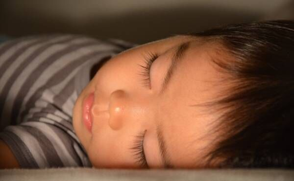 寝ている男児