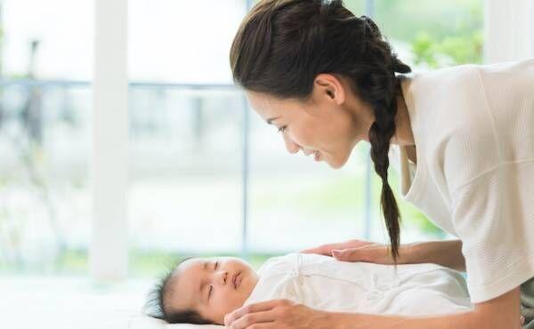 赤ちゃんを寝かしつけるママのイメージ