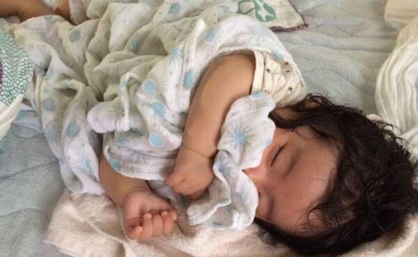 ガーゼケットと寝る赤ちゃん