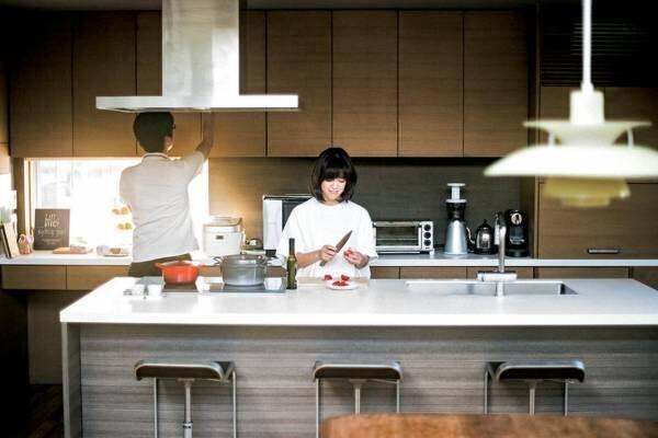 """画像: 多忙な二人と家族を繫ぐ """" 一生もの """" アイランドキッチン"""