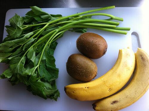本日のグリーンスムージー ~食物繊維たっぷり明日葉でデトックスレシピ~