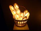 本物のパンでできた、優しい光のランプ「パンプシェード」