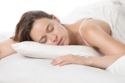 寝つきが悪い、眠りが浅い。睡眠トラブルは老け顔のモト! 今夜から、良質な睡眠を手に入れるための3つのヒント