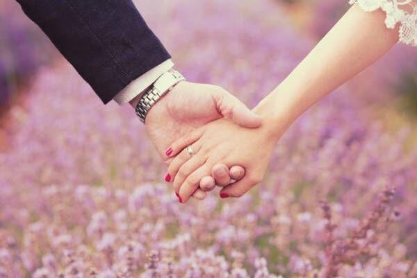 努力よりタイミング? 男性は外的要因から結婚を決意するみたい!