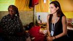 アンジー、UNHCR親善大使として、チュニジアとリビア国境の難民キャンプを訪問