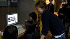 ジェーン・バーキンが都内の避難所を訪問 子供たちと交流も