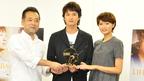 岡田将生&榮倉奈々、トロフィーの重みで受賞を実感!